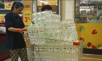 Người Hà Nội chi hàng trăm nghìn đồng mỗi ngày mua nước sạch