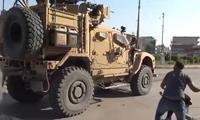 Người Kurd ném cà chua vào xe quân sự Mỹ rút khỏi Syria