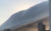 Bất ngờ xuất hiện mây khổng lồ như ngọn núi biết bay