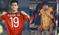 Tiến Linh cầm áo đấu của Quang Hải sau khi ghi bàn