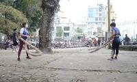 Độc đáo chị em rủ nhau 'lắc vòng khổng lồ' trong công viên