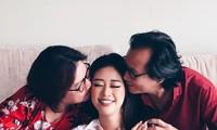 Hoa hậu Khánh Vân 'tái hiện' ảnh chụp lúc 1 tuổi cùng ba mẹ vô cùng đáng yêu