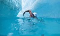 Người đàn ông bơi giữa lớp băng ở Nam Cực