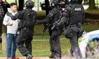 Cảnh sát chặn một người dân tiếp cận hiện trường vụ khủng bố. (Ảnh: Reuters)