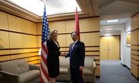 Thứ trưởng Bùi Thanh Sơn và Thứ trưởng Andrea Thompson tại cuộc đối thoại. (Ảnh: BNG)