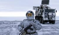 Một lính Nga đứng gác gần hệ thống phòng không Pansyr-S1 hôm 3/4. (Ảnh: AP)