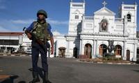 Một nhân viên an ninh đứng gác bên ngoài nhà thờ St Anthony ở Colombo. (Ảnh: Reuters)