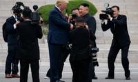 Tổng thống Mỹ Donald Trump và Chủ tịch Triều Tiên Kim Jong Un trong dịp gặp mặt tại DMZ hôm 30/6. (Ảnh: Reuters)