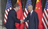 Đại diện Thương mại Mỹ Robert Lighthizer và Phó Thủ tướng Trung Quốc Lưu Hạc trước vòng đối thoại ở Thượng Hải. (Ảnh: EPA)
