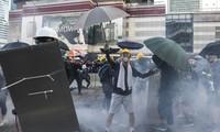 Cảnh sát bắn hơi cay vào người biểu tình hôm 5/8. (Ảnh: SCMP)