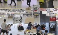 Một vài người biểu tình Hong Kong vẫn ở lại sân bay đến sáng nay. (Ảnh: SCMP)