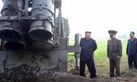 ông Kim Jong Un giám sát vụ thử bệ phóng đa tên lửa siêu lớn. Bức ảnh được KCNA phát đi ngày 10/9