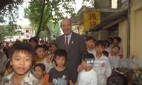 Tổng thống Pháp Jacques Chirac với trẻ em Hà Nội trong chuyến thăm năm 1997. (Ảnh: Getty Images)