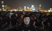 Một người Hong Kong đeo mặt nạ tham gia biểu tình cuối tuần qua. (Ảnh: AP)