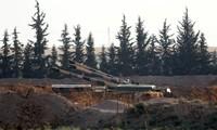 Đại bác của Thổ Nhĩ Kỳ được đặt ở biên giới và hướng sang Syria. (Ảnh: Reuters)