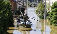 Người dân ở tỉnh Miyagi được lực lượng phòng vệ giải cứu. (Ảnh: Reuters)