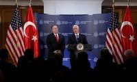 Phó Tổng thống Mỹ Mike Pence và Ngoại trưởng Mike Pompeo phát biểu tại Ankara và thông báo Thổ Nhĩ Kỳ và người Kurd đã đạt được thoả thuận ngừng bắn ở Syria. (Ảnh: Reuters)