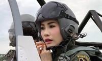 Hình ảnh bà Sineenat Wongvajirapakdi trong quân phục