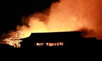 Lâu đài bị lửa nhấn chìm. (Ảnh: Reuters)