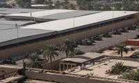 Xe của lực lượng an ninh Iraq xếp hàng ngoài đại sứ quán Mỹ ở Baghdad ngày 1/1. (Ảnh: Reuters)