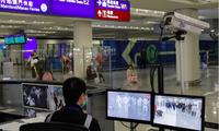 Nhiều nước đang tăng cường kiểm tra thân nhiệt của hành khách đi máy bay vì sợ nguy cơ dịch bệnh mới lan từ Trung Quốc. (Ảnh: AP)