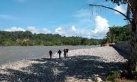 Bức ảnh do cơ quan chức năng Indonesia cung cấp cho thấy lực lượng cứu hộ đang tìm kiếm những người còn mất tích