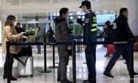 Nhiều nước đang tăng cường kiểm tra thân nhiệt hành khách. (Ảnh: AP)