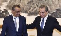 Tổng giám đốc WHO Tedros Adhanom Ghebreyesus trong cuộc gặp Ngoại trưởng Trung Quốc Vương Nghị. (Ảnh: Xinhua)