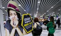 Một poster về dịch do virus corona gây ra đặt tại sân bay quốc tế Kuala Lumpur. (Ảnh: EPA)