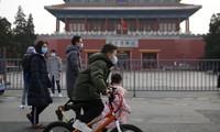 Người dân đeo khẩu trang khi ra đường phố ở Bắc Kinh. (Ảnh: EPA)