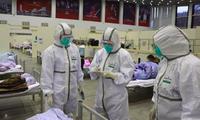Các y bác sĩ đang làm việc ở tuyến đầu của dịch bệnh đối diện với rủi ro lớn. (Ảnh: XInhua)