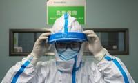 Một bác sĩ ở Vũ Hán mặc đồ bảo hộ trước khi bước vào ca làm việc. (Ảnh: CNN)
