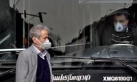 Người dân Iran đeo khẩu trang khi đi xe buýt và trên đường phố hôm 23/2. (Ảnh: AP)