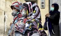 Người dân Iran đeo khẩu trang khi ra đường để phòng dịch Covid-19. (Ảnh: AP)