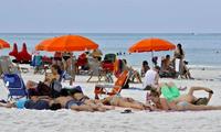 Người dân tụ tập trên bãi biển Florida Mỹ, bất chấp lệnh cấm tụ tập đông người. (Ảnh: AP)