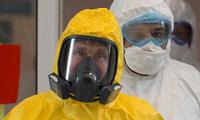 Tổng thống Nga mặc trang phục bảo hộ kín mít khi đi thăm bệnh viện trong mùa dịch COVID-19. (Ảnh: AP)