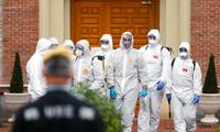 Lực lượng chức năng tiến hành phun khử khuẩn tại một nhà dưỡng lão ở Madrid ngày 23/3. (Ảnh: Reuters)