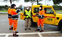 Các tình nguyện viên mang khẩu trang đến nhà người dân ở Grosseto, Italy. (Ảnh: Reuters)