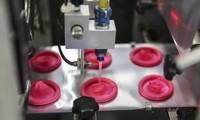 Một công nhân kiểm tra chất lượng sản phẩm tại nhà máy sản xuất bao cao su Durex ở Malaysia. (Ảnh: Reuters)