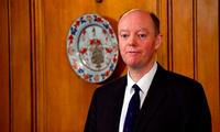 Giám đốc y tế Anh, GS Chris Whitty, thông báo đang phải cách ly vì nhiễm COVID-19. (Ảnh: CNN)