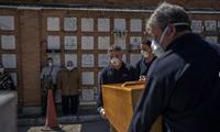 Ông bố và cô con gái dự đám tang người thân của mình ở Madrid, Tây Ban Nha, ngày 28/3. (Ảnh: AP)