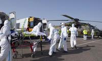 Bệnh nhân COVID-19 được chuyển từ Pháp sang Đức bằng máy bay hôm 28/3. (Ảnh: AP)