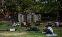 Những người vô gia cư nằm la liệt trong một công viên ở Delhi vào tuần trước (Ảnh: NYT)