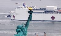 Tàu bệnh viện Hải quân Mỹ USNS Comfort cập cảng Manhattan ngày 30/3. (Ảnh: Reuters)