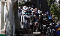 Các tín đồ Hồi giáo ở Ấn Độ xếp hàng để được đưa đi lấy mẫu xét nghiệm. (Ảnh: Reuters)