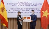 Thứ trưởng Tô Anh Dũng trao tặng tượng trưng số hàng cho đại diện Tây Ban Nha. (Ảnh: Mofa)