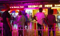 Nhóm người châu Phi đang đứng trước một khách sạn ở Quảng Châu. (Ảnh: CNN)