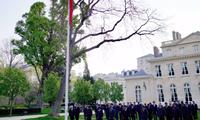 Đại sứ quán Trung Quốc tại Paris treo cờ rủ ngày 4/4 để tưởng nhớ những người đã chết vì COVID-19. (Ảnh: Xinhua)