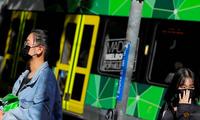 Người dân Melbourne, bang Victoria, Úc đeo khẩu trang khi đi đường hôm 29/1. (Ảnh: Reuters)