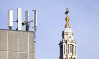 Một tháp tín hiệu di động trước nhà thờ St Paul ở London. (Ảnh: AP)